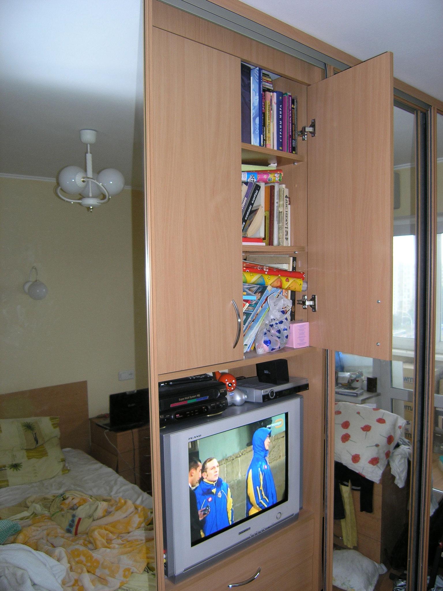 2005-03-21-closet-door